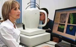 Когерентный томограф RTVue-100 (США) позволяет получать трехмерное изображение сетчатки и структур диска зрительного нерва. Он значительно повышает точность оценки состояния глазного дна.  Исследование проводит врач-офтальмолог высшей категории Виктория  Александровна  НЕВМЕРЖИЦКАЯ.