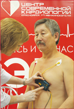 Снятие кардиограммы с помощью портативного ЭКГ-регистратора