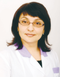 Ирина Васильевна ДАВЫДОВА,  врач-офтальмолог высш. кат., к.м.н. Сколько предупреждающих сигналов и элементарных подсказок нам подаёт собственный организм! Но в ежедневной суете мы пропускаем ранние стадии болезни. Спохватываемся лишь тогда, когда зрение становится совсем плохим. Работая врачом-офтальмологом много лет, скажу, что часто пациент обращается за медицинской помощью с большим опозданием. Если в одних случаях удается вернуть или улучшить зрение, то у кого-то глаз, увы, не будет видеть уже никогда. И человек будет горько сожалеть об упущенной возможности распознать болезнь вовремя. Скрининговая томограмма глаза, хотя бы раз в год, позволит выявить скрытые изменения сетчатки, чтобы вовремя начать лечение и сохранить зрение.