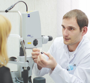 врач-офтальмохирург Андрей Викторович ЛОХМАН, специалист клиники современной офтальмологии «БЕРЕГ»